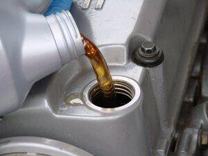 заміна мастила в двигуні авто